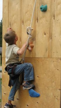 """Детский лагерь """"Школа Рейнджеров"""", занятие на альпинистском стенде"""